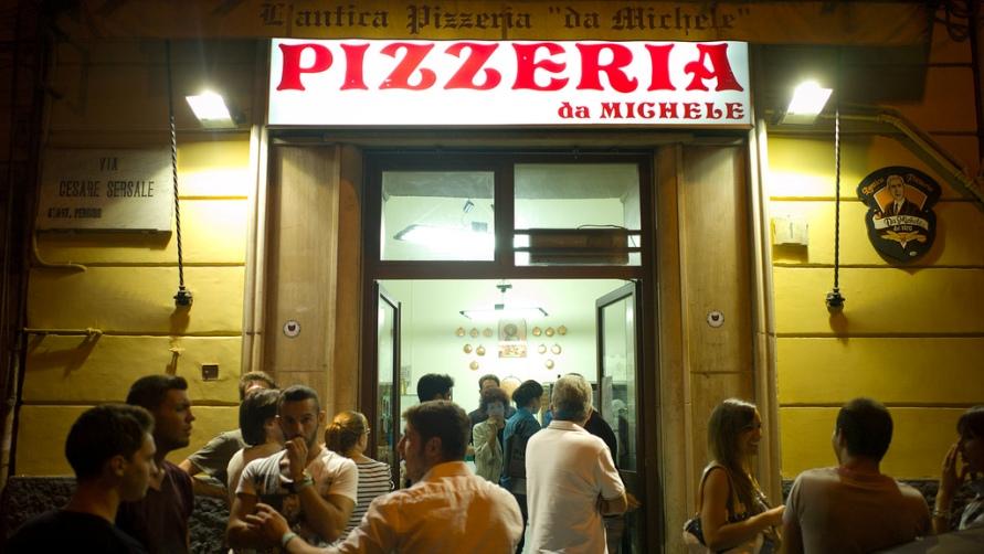 Вывеска пиццерии.