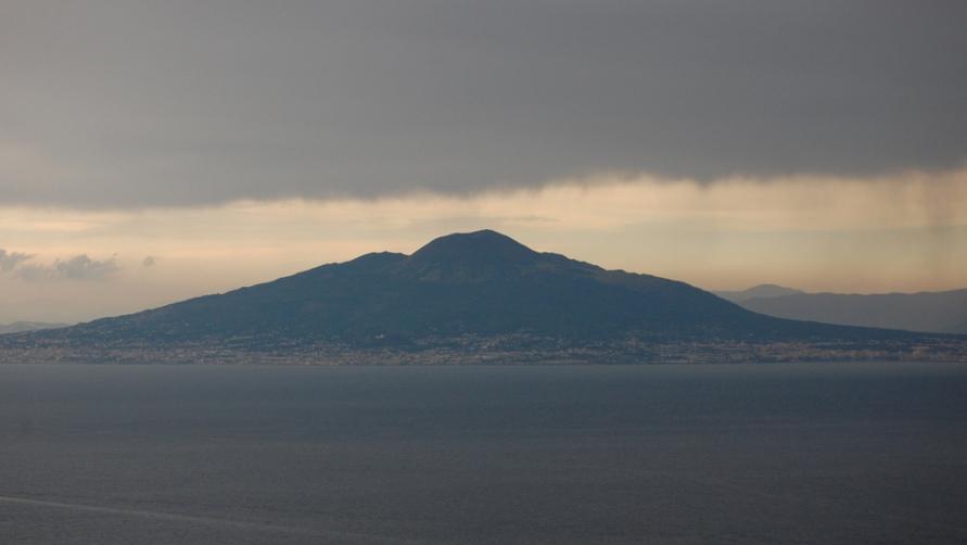 Силуэт вулкана.