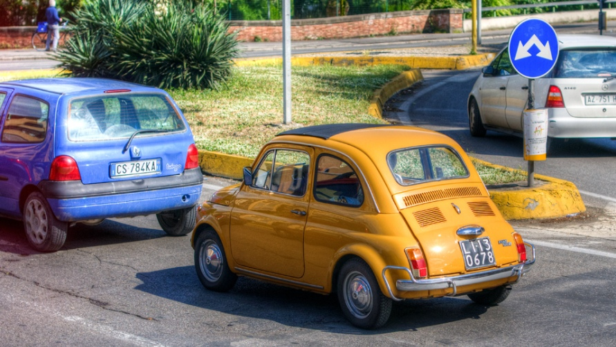 Желтый фиат.