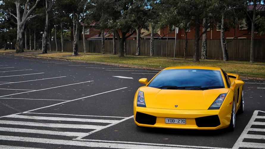 Автомобиль на стоянке.