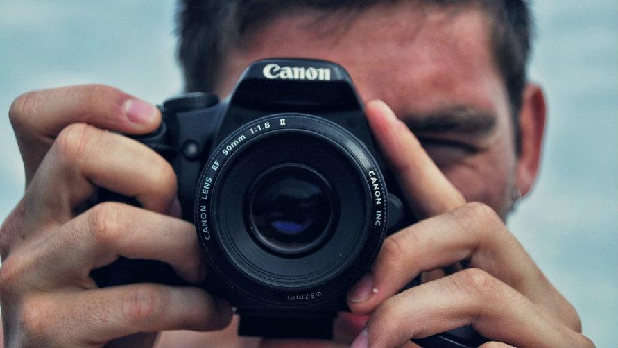 С фотоаппаратом.