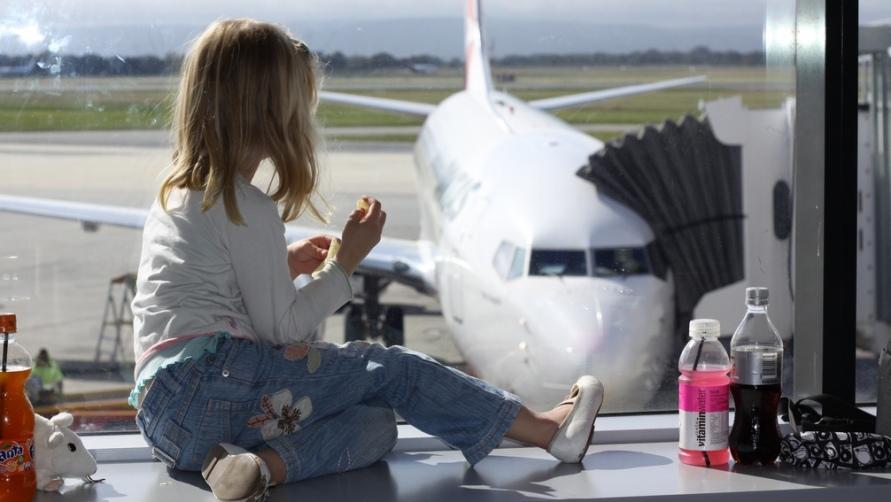 Девочка с газировкой на окне.