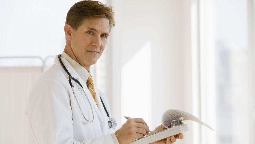 Мужчина-врач.