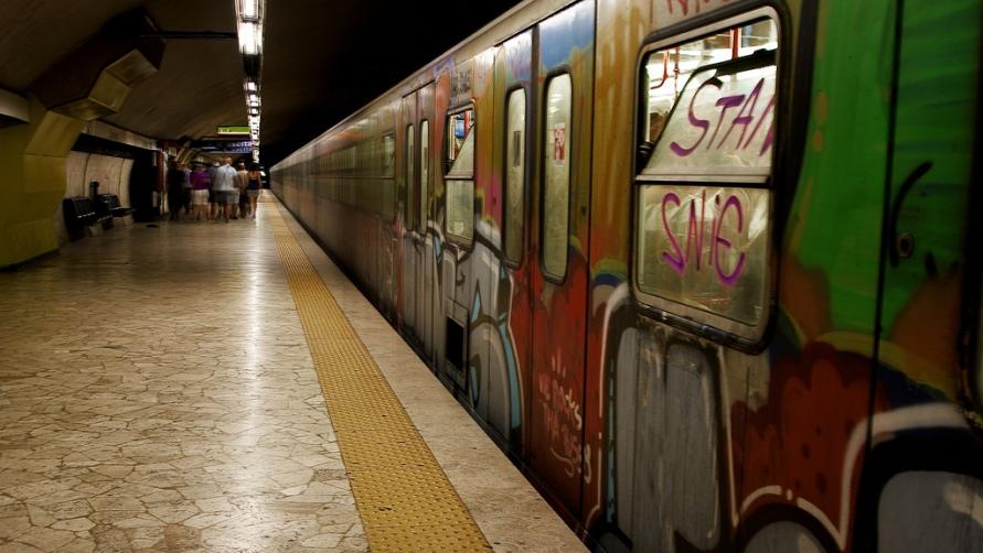 Вагон в граффити.