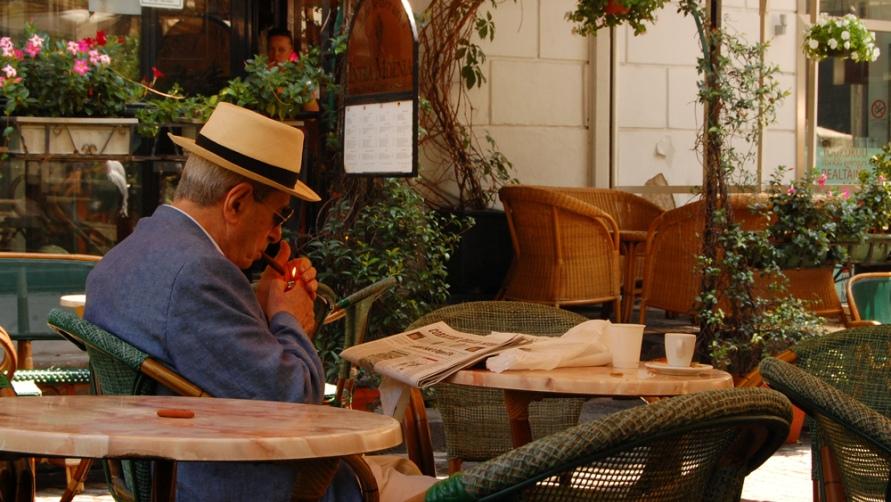 Мужчина в кафе.