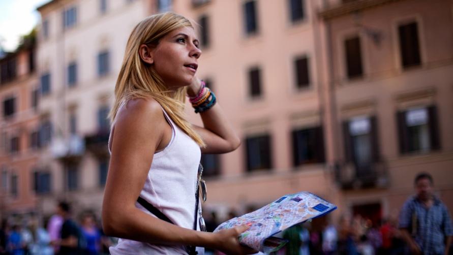 Девушка с картой.