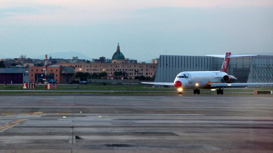 Самолет на посадочной полосе.