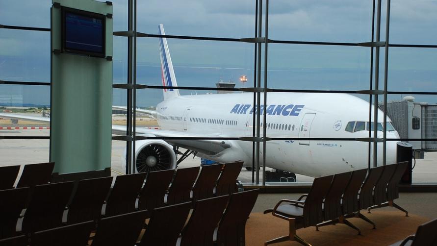 Самолет за окнами.