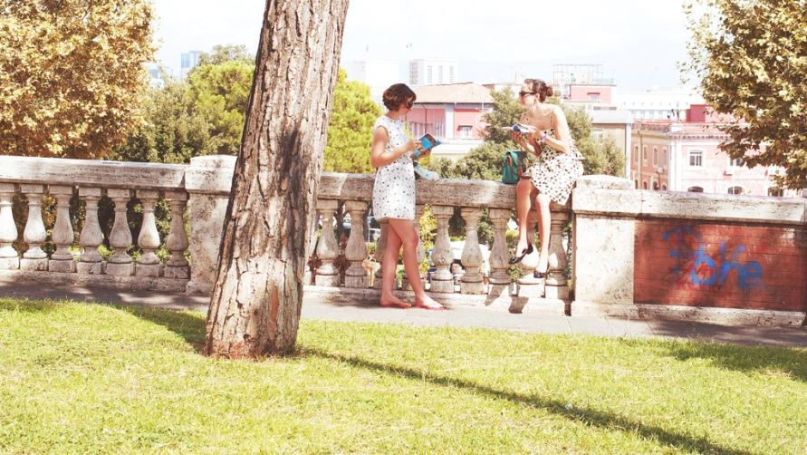 Две девушки с путеводителями.