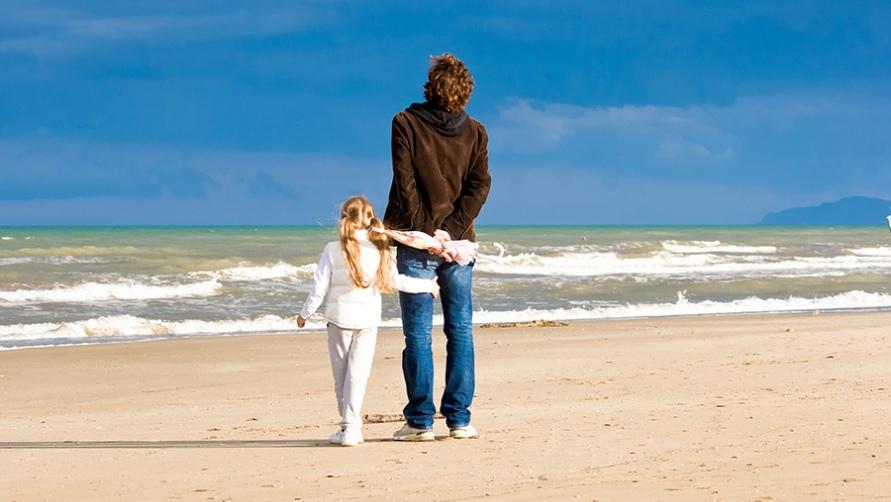 Папа с дочкой у моря