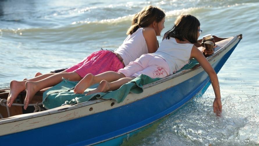 Девушки на лодке