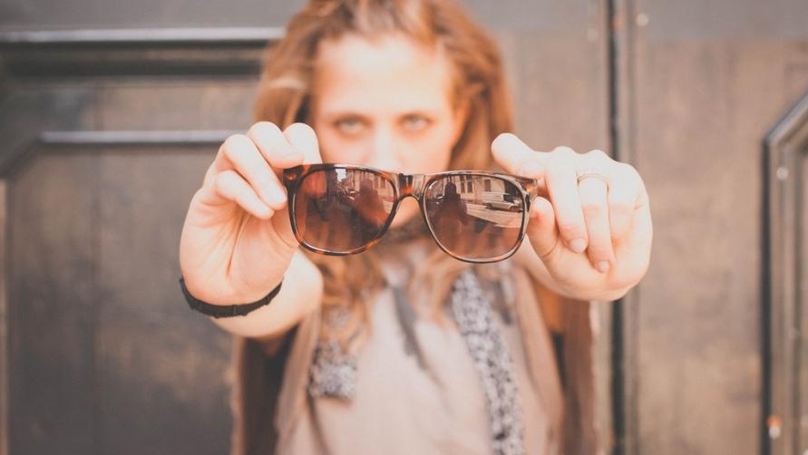 Девушка с очками.
