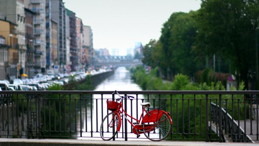 Красный велосипед.