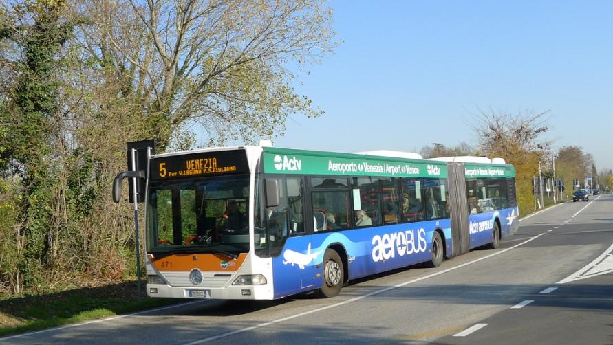Синий автобус.