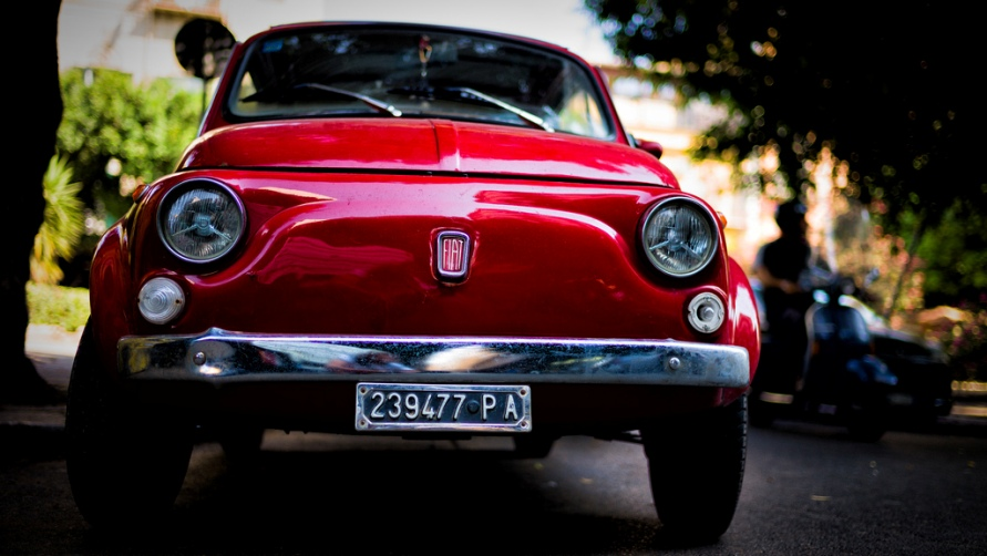 Красный автомобиль.