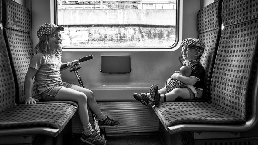 Дети в вагоне.