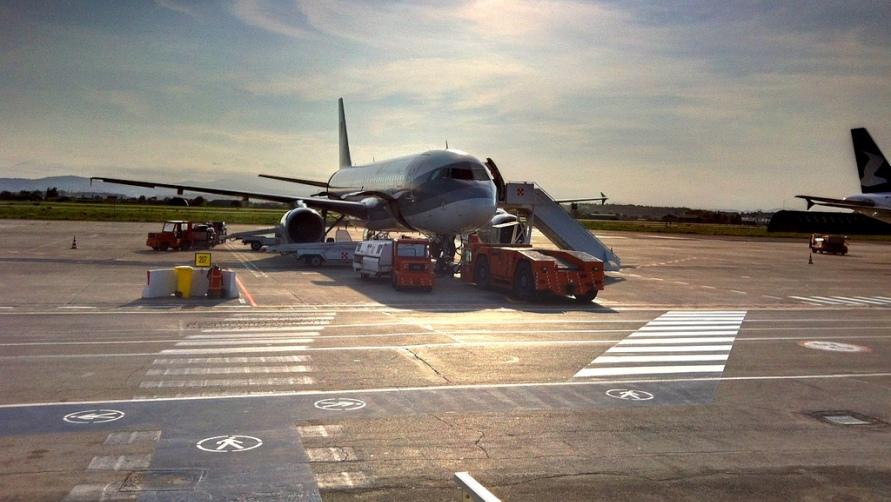 Самолет на взлетной полосе.