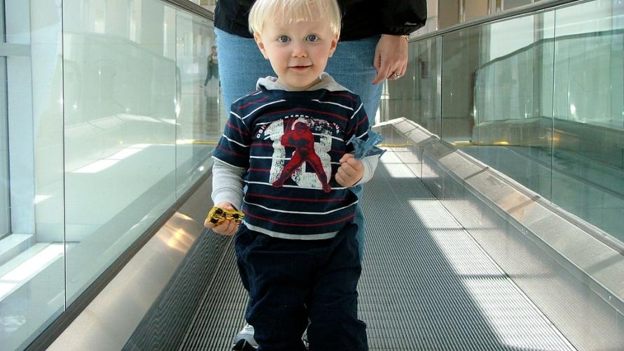Мальчик на эскалаторе