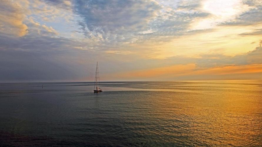 Яхта на восходе.