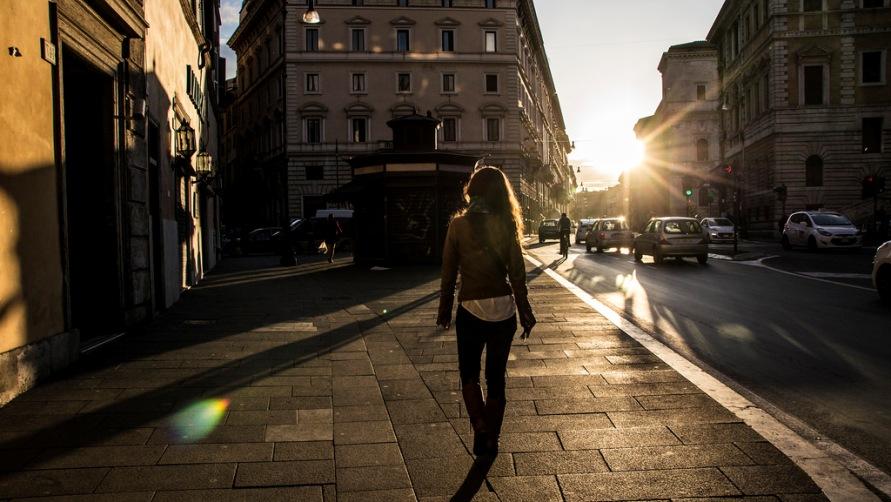 Девушка гуляет по городу.