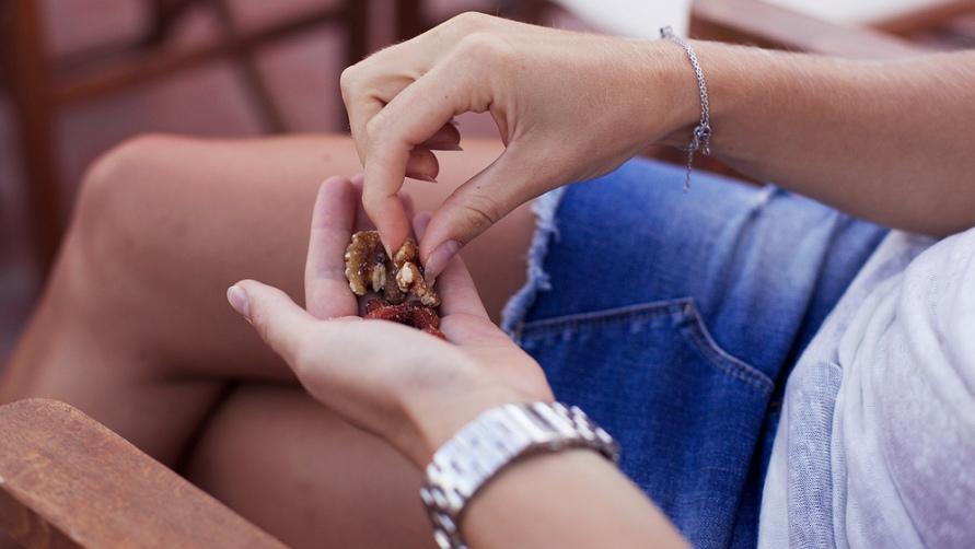 Девушка с грецкими орехами.