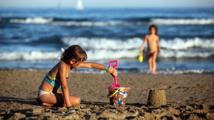 Куличики из песка.