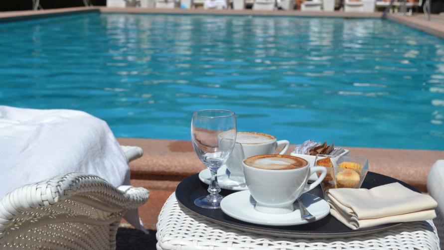 Завтрак у бассейна.