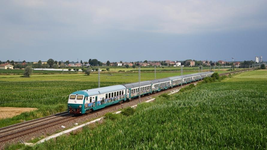 Поезд в поле