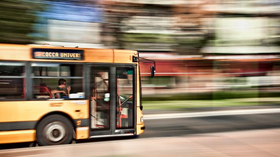 Автобус едет от вокзала