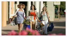 Девушки с покупками.