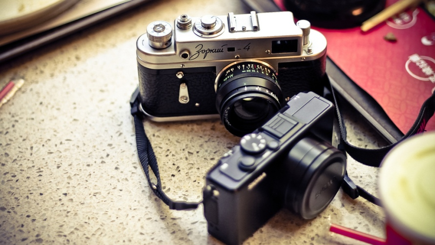 Фотоаппараты на столе