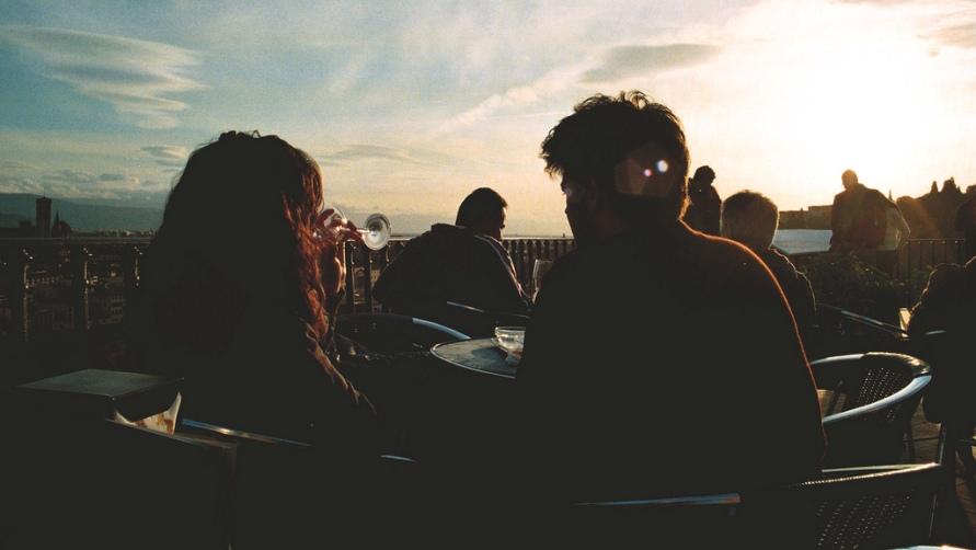 Молодежь в летнем кафе