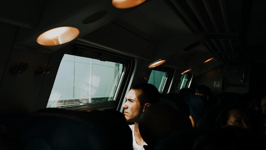 Молодой человек в поезде