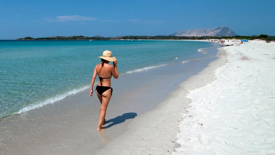 Девушка на морском пляже фото