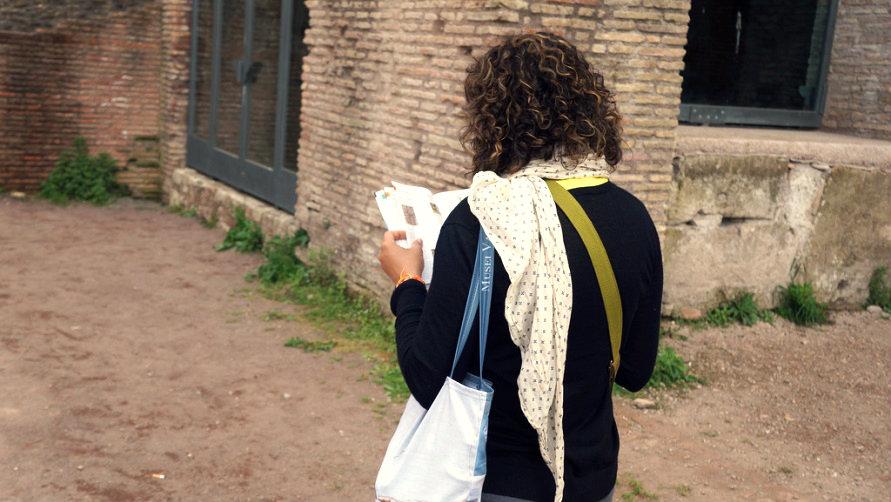 Девушка с путеводителем