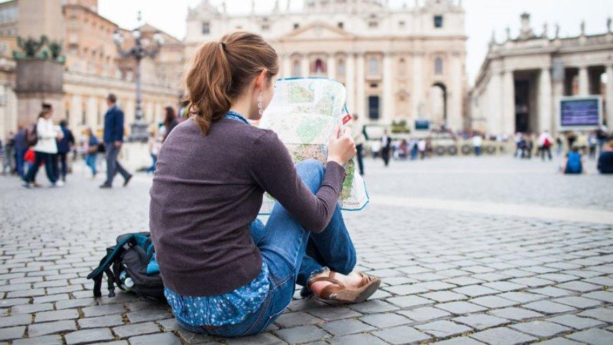 Девушка на площади в Италии