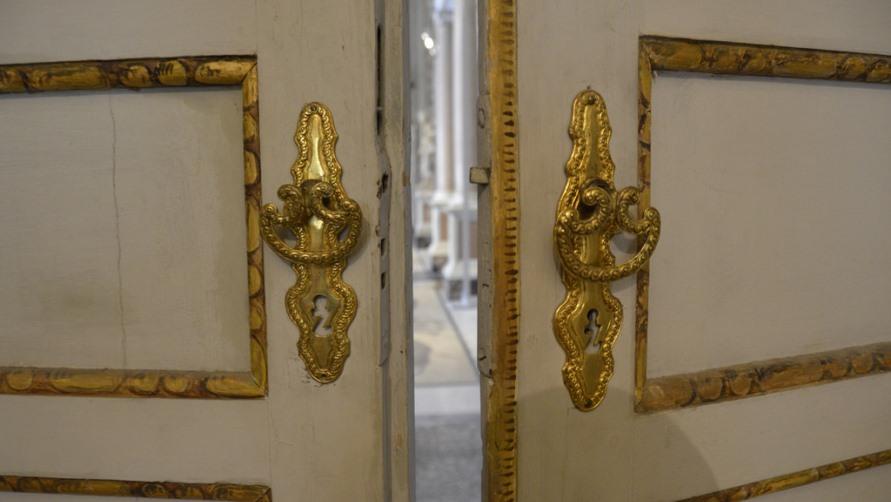 Золоченые двери