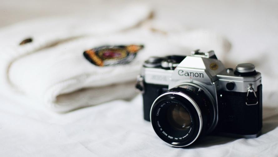 Фотоаппарат и свитер