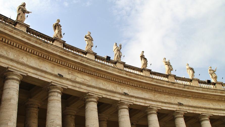 Статуи на крыше собора Святого Петра.