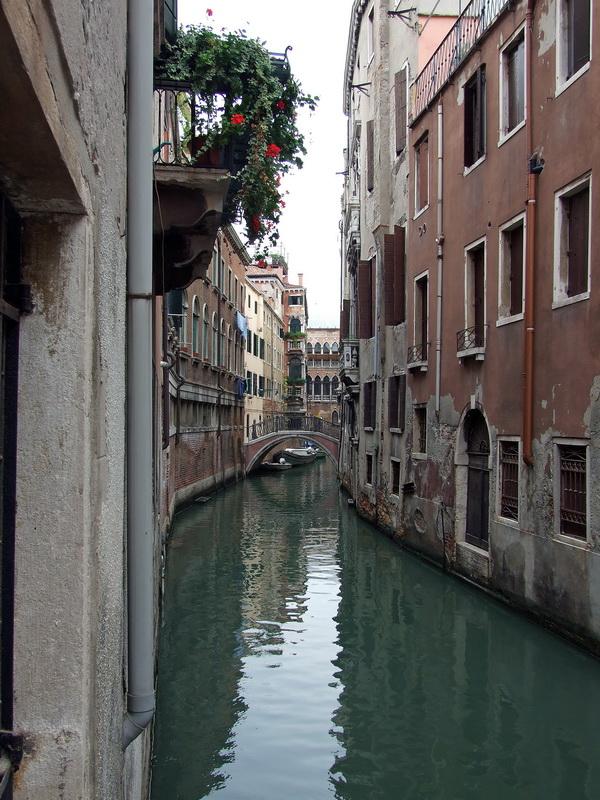 По узким каналам тоже плавают гондолы.