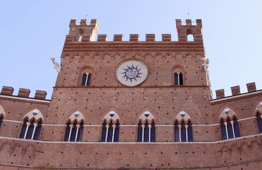 Часы на городской ратуше в Сиене.