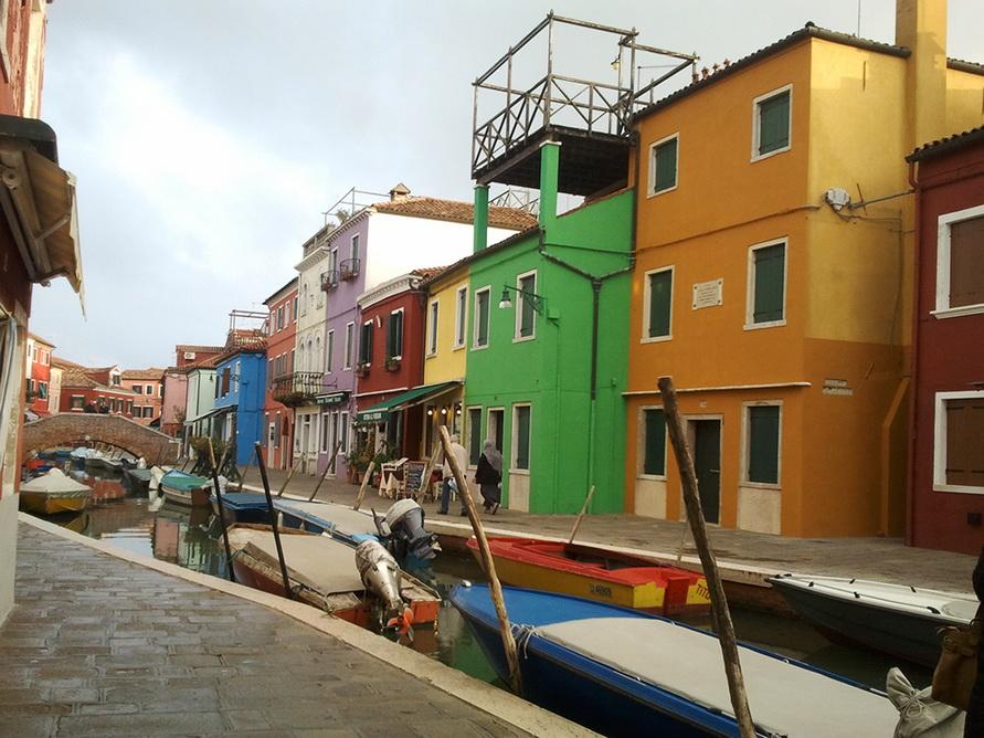 Остров Бурано с разноцветными домами.