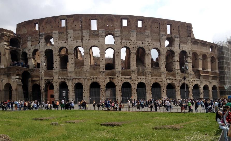 Колизей можно неплохо осмотреть со стороны.