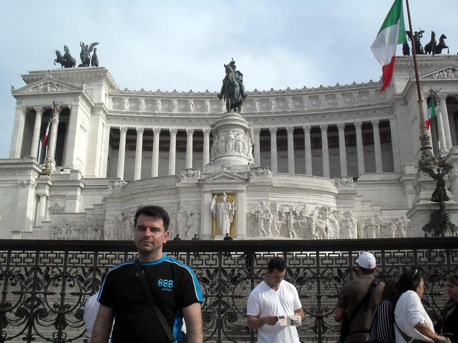 Муж на Площади Венеции на фоне Капитолия.