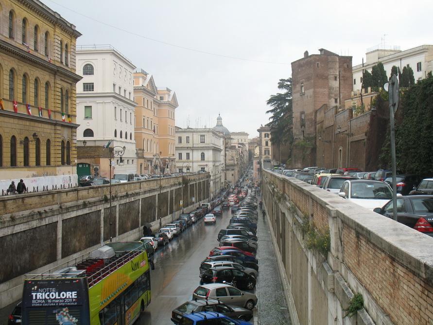 Парковка в Риме около Колизея.