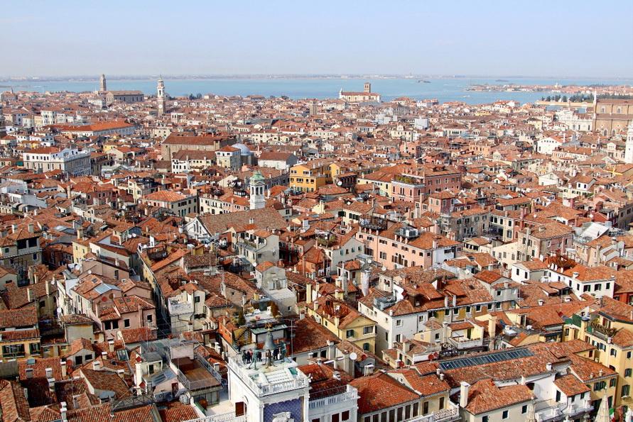 Вид на Венеципю с колокольни собора Святого Марка.