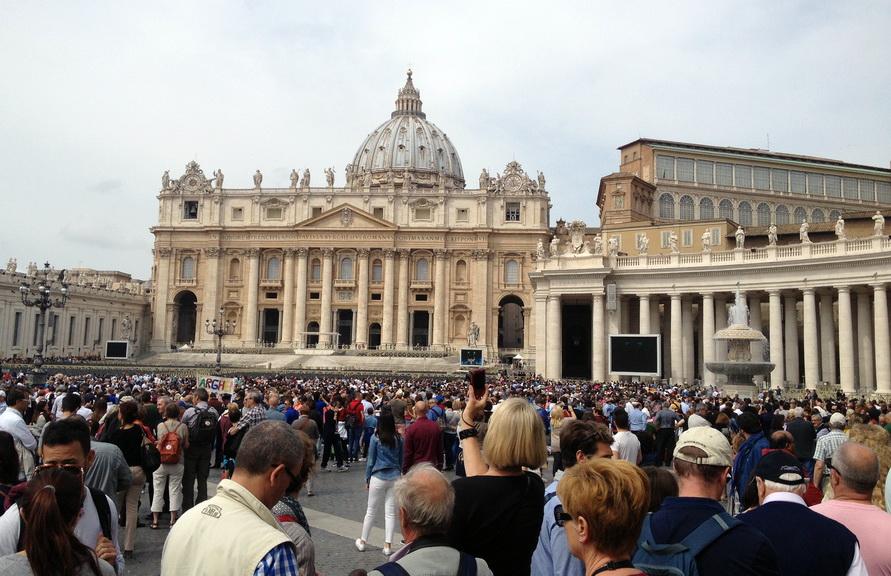 Площадь около Собора Святого Петра в Ватикане.
