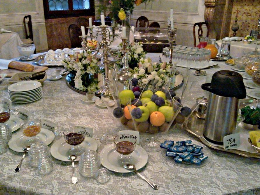 Завтрак в столовой.