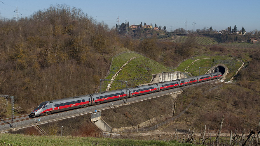 Поезд едет по Италии.
