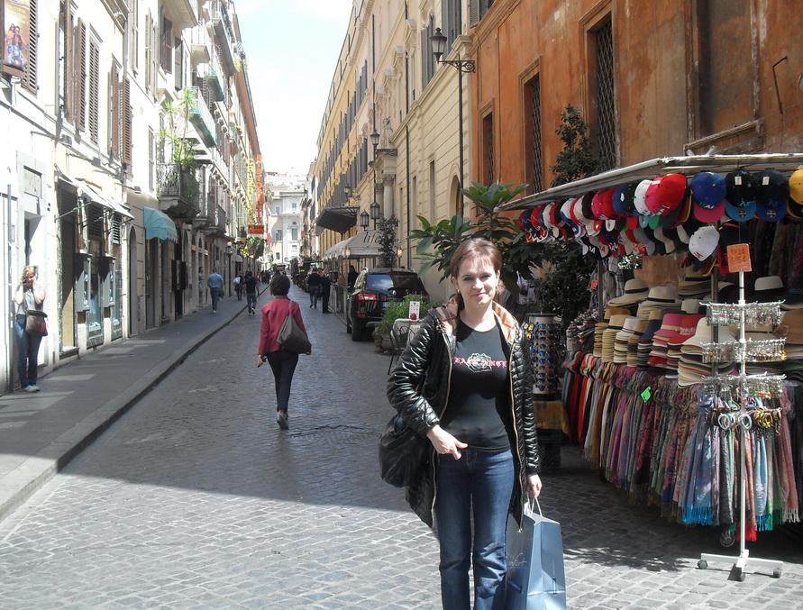Торговые улицы в Риме. Здесь можно купить сувениры.